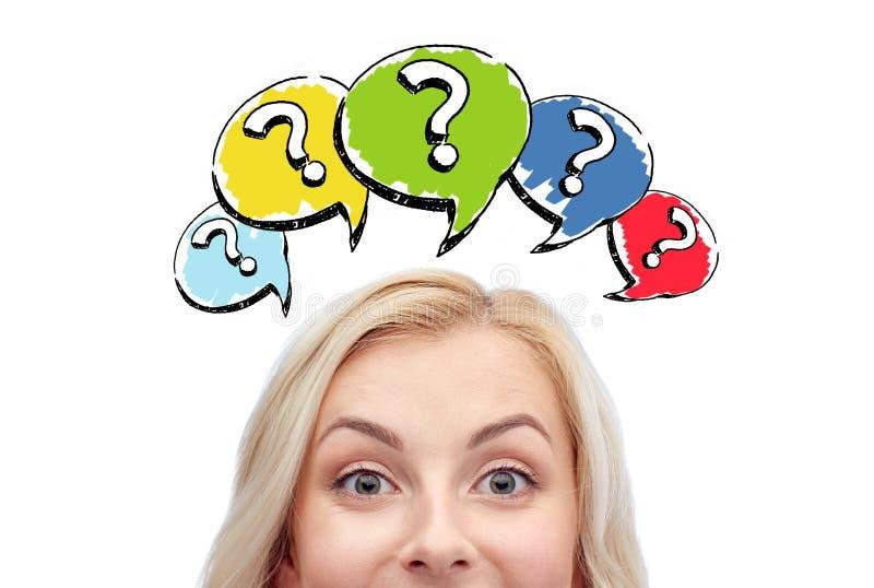 Testa felice della giovane donna con i punti interrogativi immagine stock libera da diritti