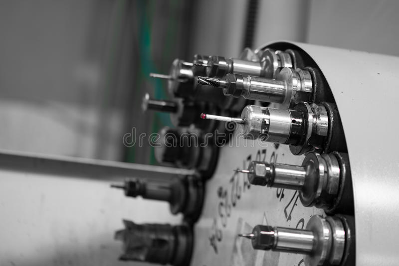 Testa girante con gli strumenti al tornio di CNC in officina fotografie stock libere da diritti