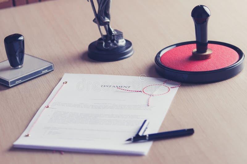 Testament signé sur le bureau de notaire photo libre de droits