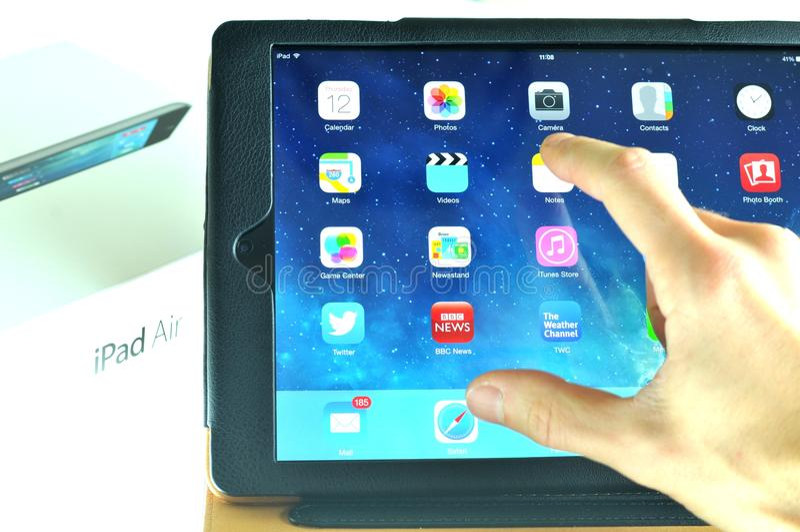 Testando o ar novo do iPad imagem de stock royalty free