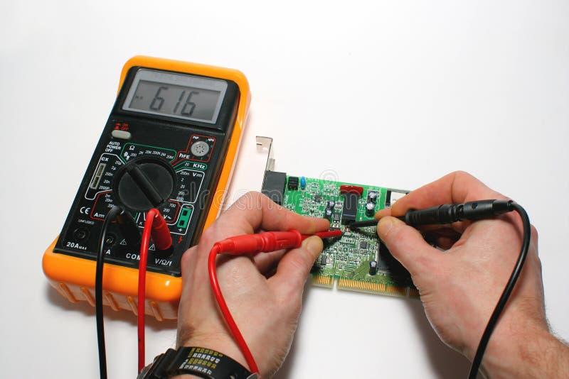 Testando um modem do computador com multímetro digital fotos de stock royalty free