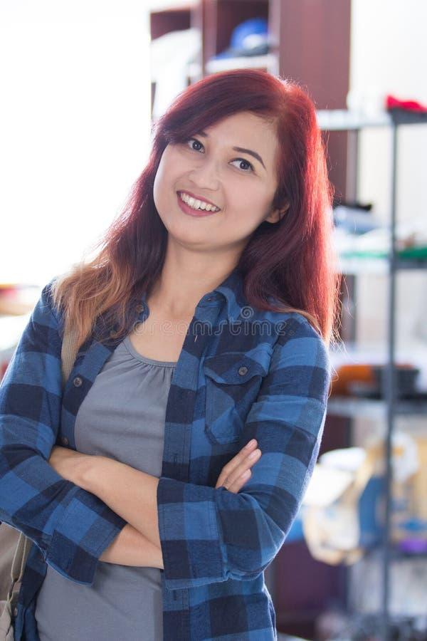 Testarossa femminile attraente asiatica immagini stock libere da diritti