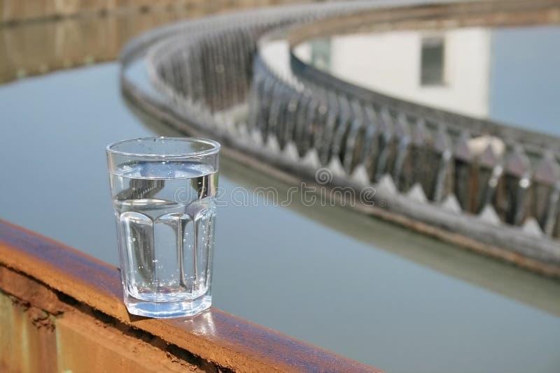 Teste a água tratada na fábrica de tratamento imagens de stock royalty free
