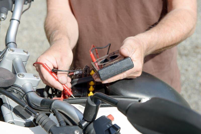 Teste da bateria da motocicleta imagem de stock royalty free