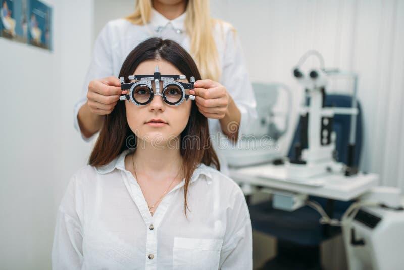Teste da visão, armário do ótico, diagnóstico da visão imagens de stock