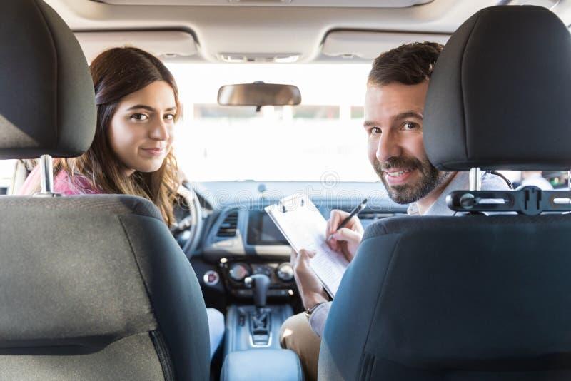 Teste de In Car During da mulher e do instrutor fotografia de stock royalty free