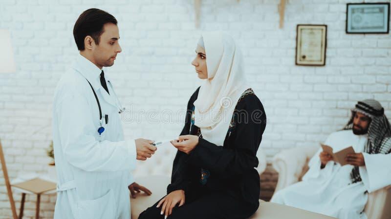 Teste de gravidez muçulmano da terra arrendada da mulher no hospital foto de stock royalty free