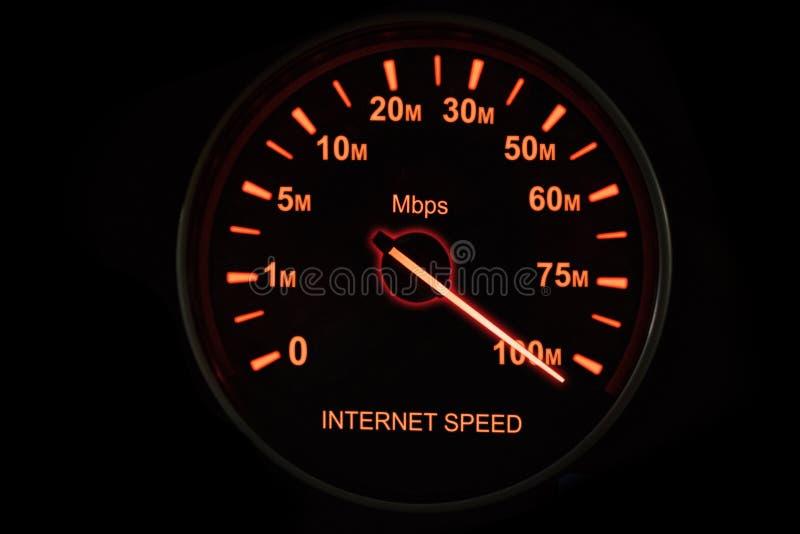 Teste de velocidade do Internet com velocímetro imagens de stock