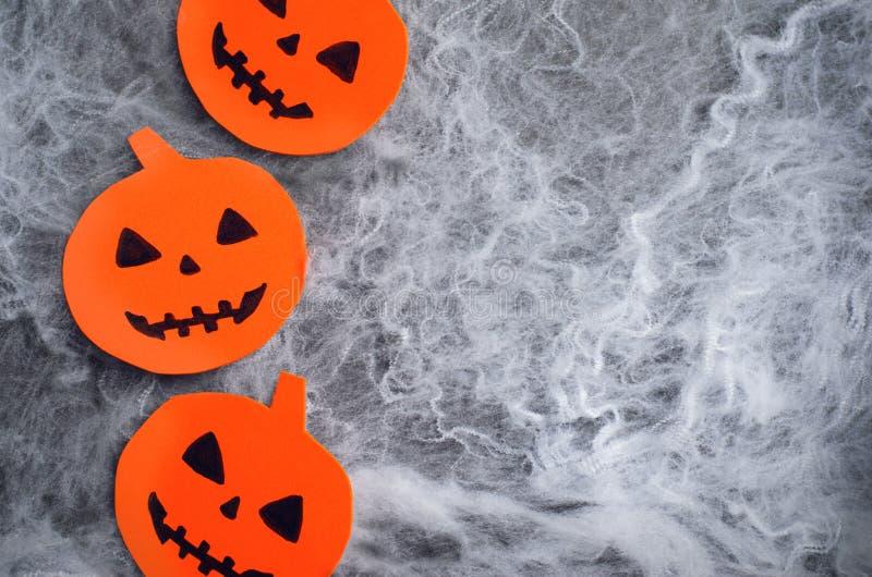 Teste della zucca sul fondo della ragnatela, simbolo di Halloween fotografia stock