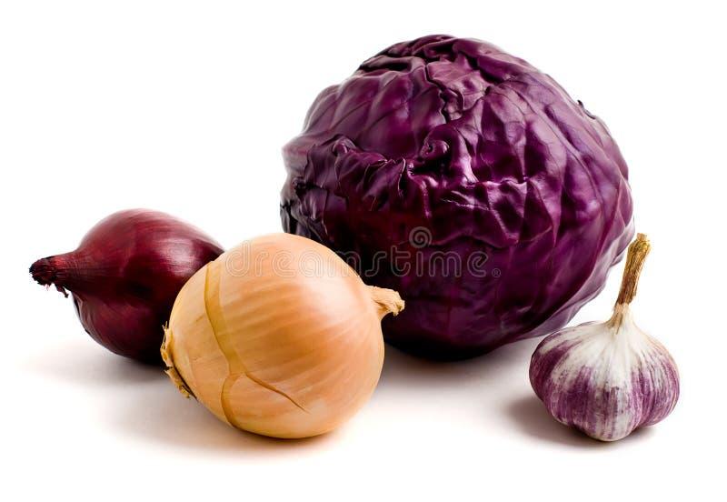 Teste di cavolo rosso, cipolle, aglio immagine stock