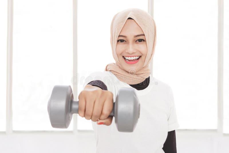 Teste di legno di sollevamento della donna sportiva asiatica immagine stock libera da diritti