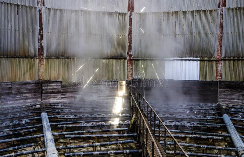 Teste di spruzzo della torre di raffreddamento ad acqua dentro la torre di raffreddamento fotografia stock