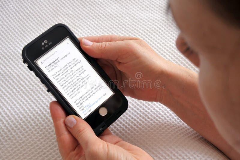 Teste do alerta do telefone celular da emergência de Nova Zelândia imagens de stock