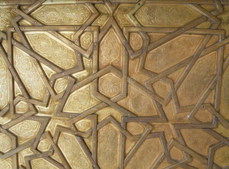 Teste padrão árabe bonito da porta de bronze de Royal Palace no fez, Marrocos imagem de stock