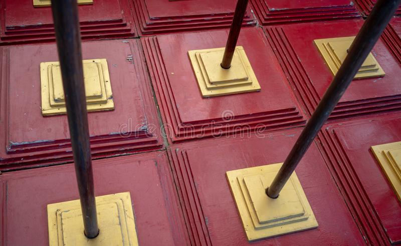 Teste padrão abstrato do vermelho e de quadrados de sobreposição do ouro com metal fotos de stock royalty free