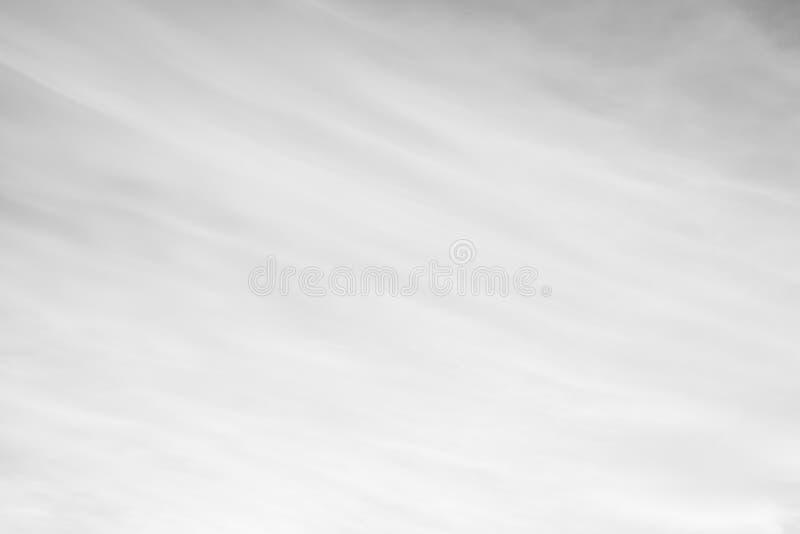 Teste padrão abstrato preto e branco das nuvens e do céu para o fundo imagem de stock royalty free