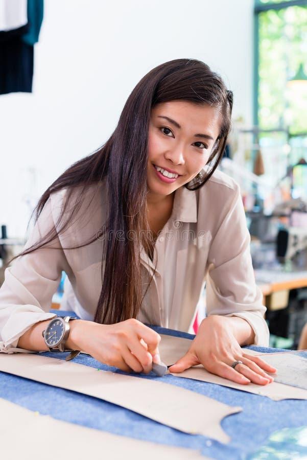 Teste padrão asiático do corte dos esboços da mulher do desenhador de moda imagem de stock royalty free