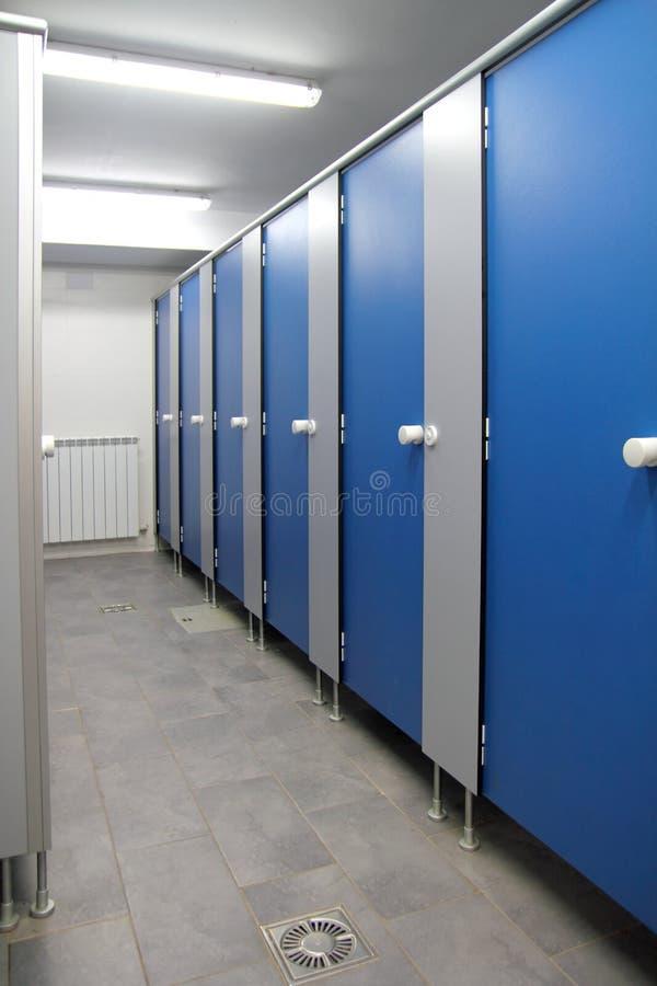 Teste padrão azul das portas do corredor do banheiro interno foto de stock