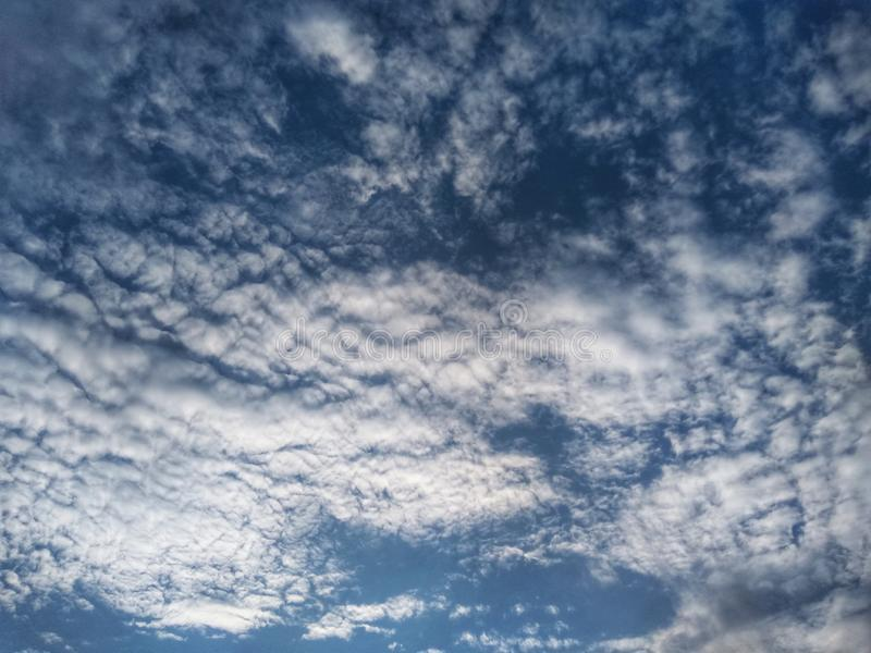 Teste padrão bonito das nuvens sobre o céu azul foto de stock