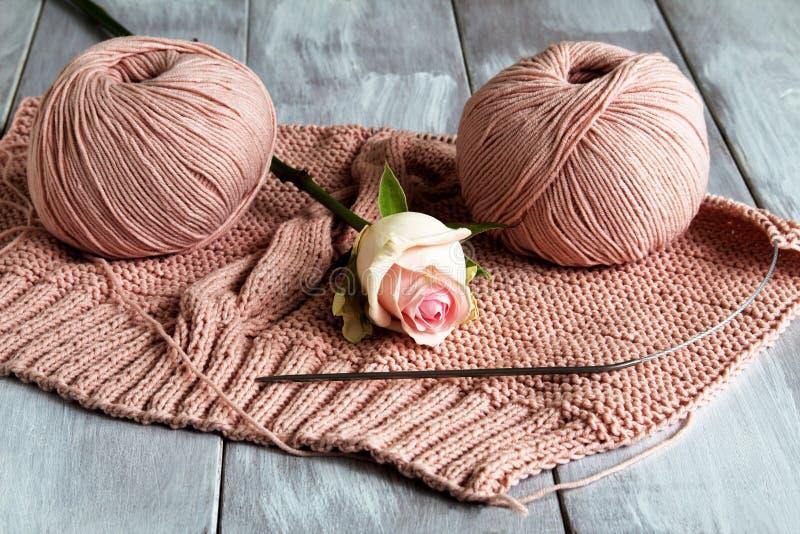 Teste padrão bonito do fio cor-de-rosa delicado e da rosa cor-de-rosa no fundo de madeira claro Passatempo do conceito foto de stock