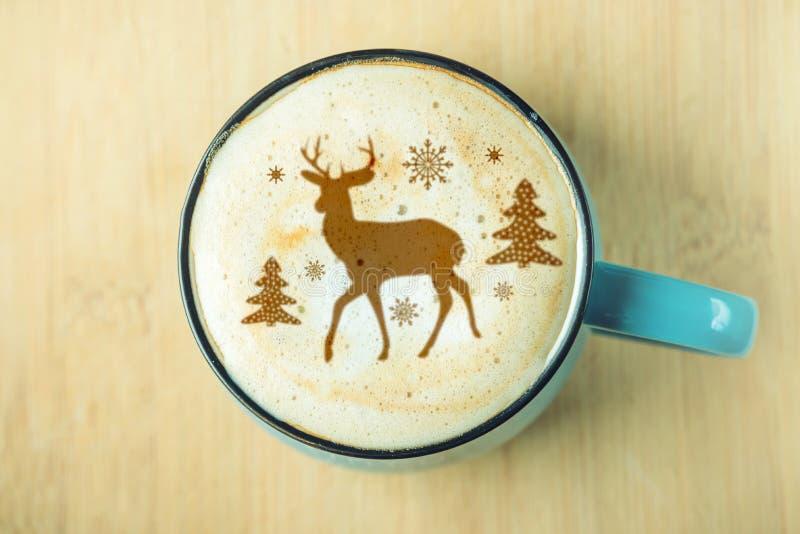 Teste padrão bonito do inverno em um copo no café do cappuccino da espuma do leite Feliz Natal foto de stock royalty free