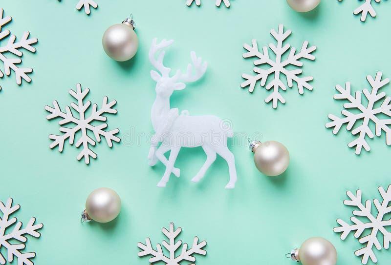 Teste padrão branco das bolas dos flocos da neve da rena do cartaz elegante do cartão do ano novo do Natal no fundo do azul de tu fotos de stock royalty free