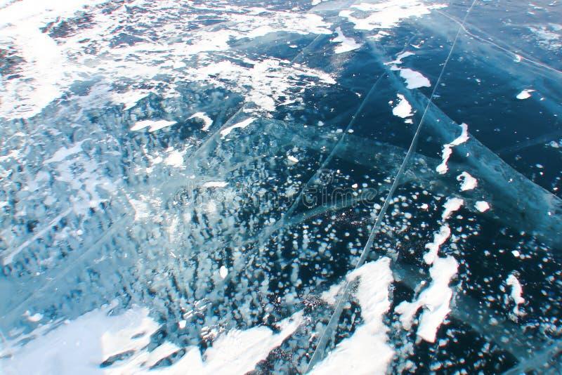 teste padrão branco de bolhas congeladas no gelo escuro-azul grosso imagem de stock royalty free