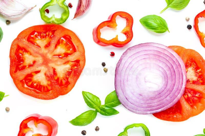 Teste padrão colorido do alimento feito da pimenta vermelha, da cebola, dos tomates e dos vagabundos fotografia de stock