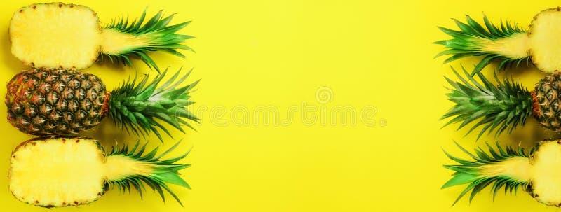 Teste padrão com os abacaxis brilhantes no fundo azul Vista superior Copie o espaço Estilo mínimo Projeto do pop art, verão criat imagens de stock royalty free