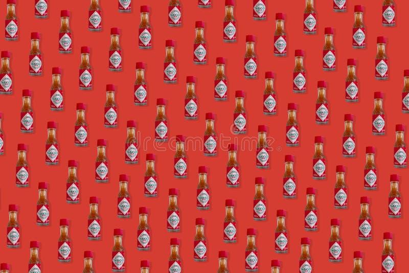 Teste padrão criativo feito da mini garrafa de Tabasco Chili Pepper Sauce foto de stock royalty free