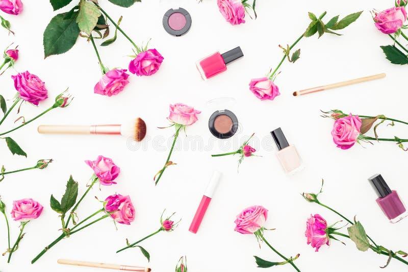 Teste padrão da beleza com rosas e os cosméticos cor-de-rosa com os acessórios no fundo branco Fundo do dia do ` s da mulher Conf fotos de stock royalty free