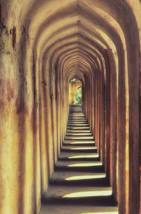 Teste padrão da construção de Architechtural de colunas velhas amarelas em uma construção real histórica em india para turistas e fotografia de stock royalty free