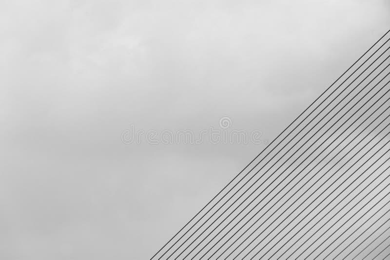 Teste padrão da corda de fio na ponte de suspensão - mostre em silhueta o fundo abstrato imagens de stock royalty free
