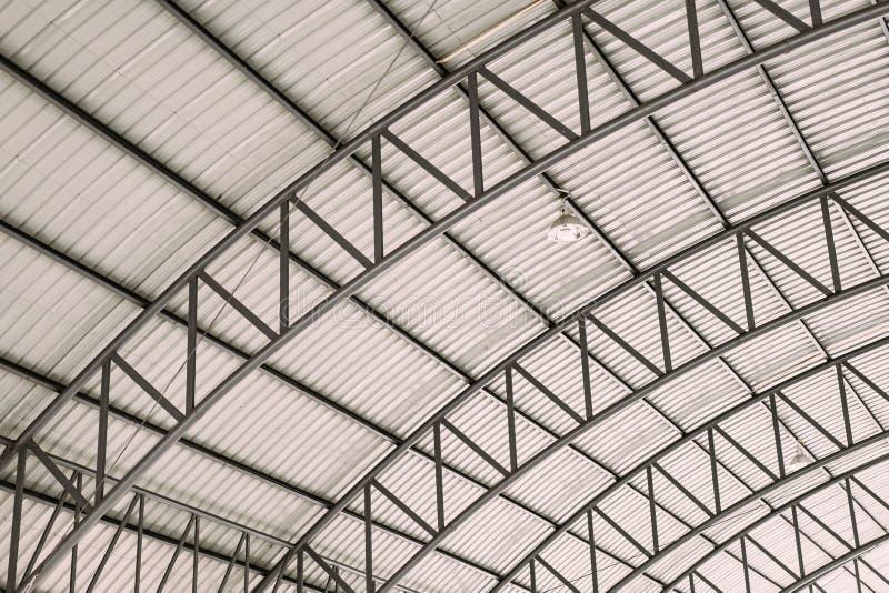 Teste padrão da estrutura de aço do telhado, estrutura de aço do projeto do telhado da curva com a chapa de aço ondulada galvaniz imagens de stock