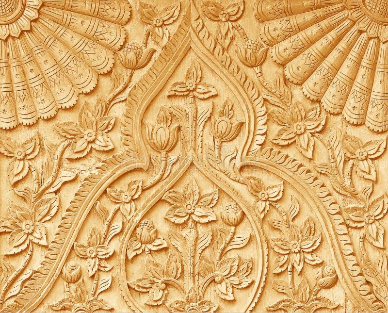 Teste padrão da flor cinzelado na madeira imagens de stock royalty free