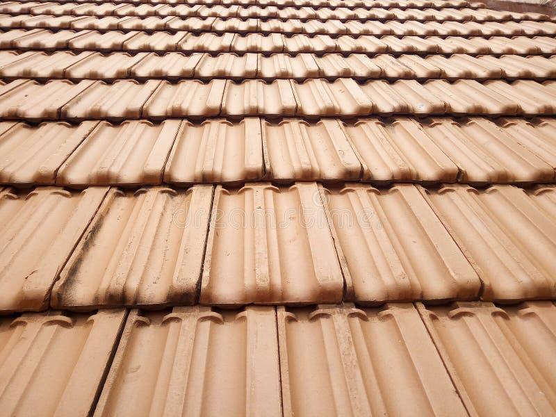 Teste padrão da textura das telhas de telhado da argila vermelha imagens de stock