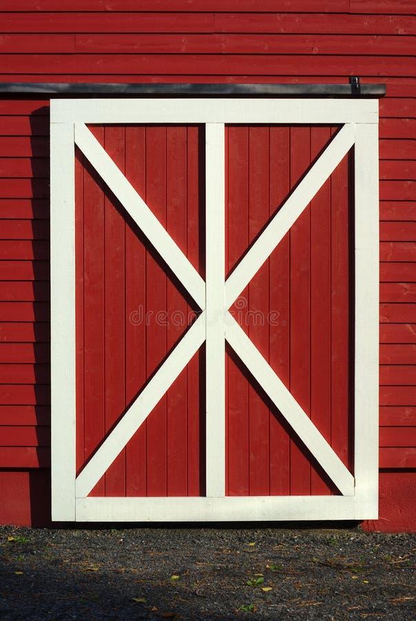 Teste padrão de madeira da prancha branca vermelha da porta de celeiro fotografia de stock royalty free