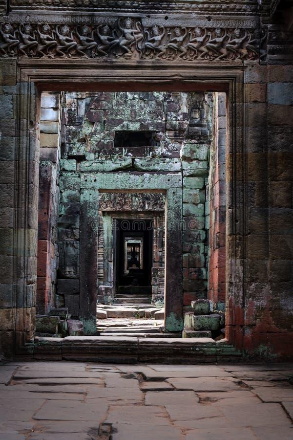 Teste padrão de pedra receding das colunas em ruínas antigas fotografia de stock royalty free