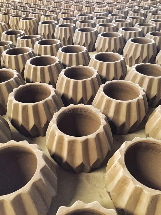 Teste padrão de potenciômetros de argila inacabados na fábrica da cerâmica foto de stock royalty free