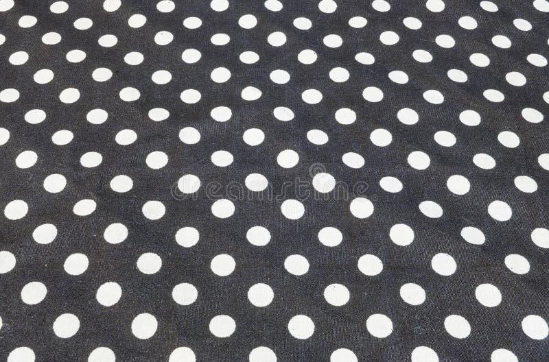 Teste padrão de superfície da tela do close up no lenço preto velho e enrugado da tela com fundo branco da textura do ponto do cí fotografia de stock