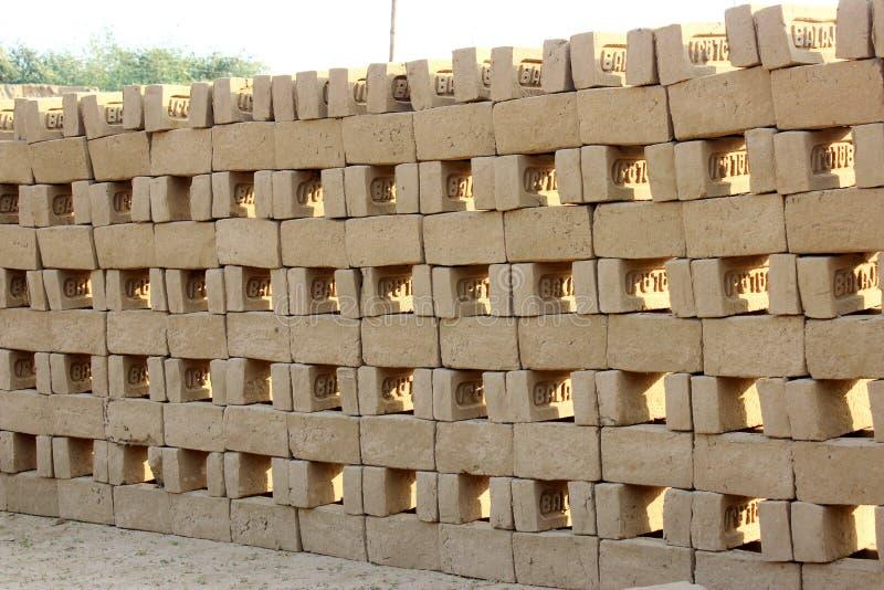 Teste padrão de tijolos da lama imagens de stock royalty free