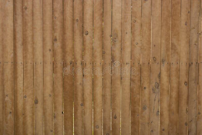 Teste padrão de venezianas de madeira marrons, verticais na cerca imagens de stock