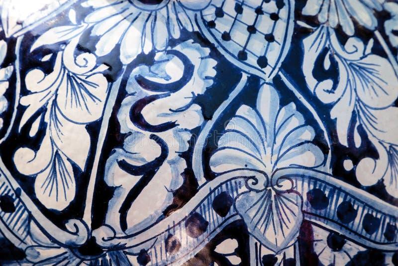 Teste padrão detalhado do azul marinho e o branco da cerâmica fotografia de stock royalty free