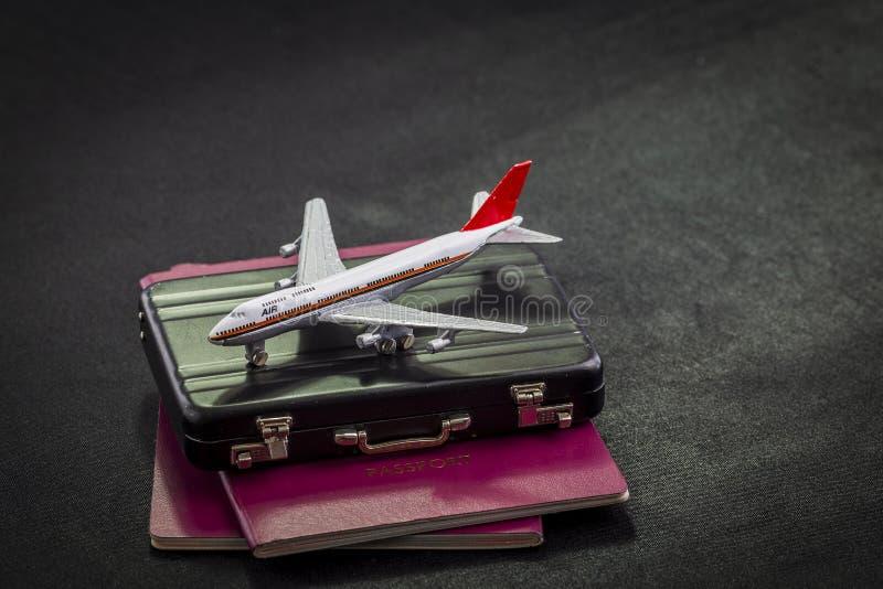 Teste padrão do avião em passaportes, em cartões de crédito e na mala de viagem internacionais em um fundo preto imagens de stock