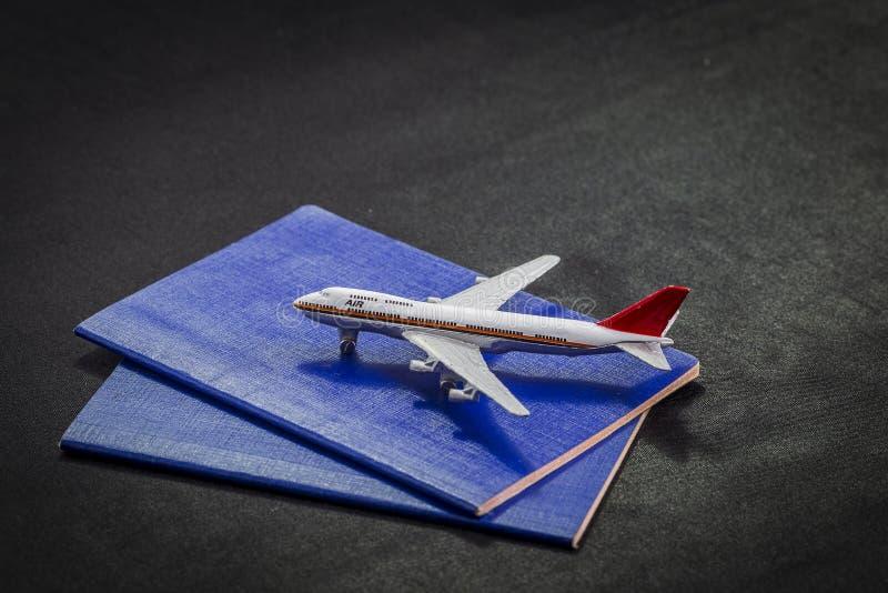 Teste padrão do avião em passaportes, em cartões de crédito e na mala de viagem internacionais em um fundo preto fotografia de stock royalty free