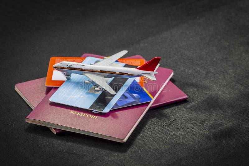 Teste padrão do avião em passaportes, em cartões de crédito e na mala de viagem internacionais em um fundo preto imagens de stock royalty free