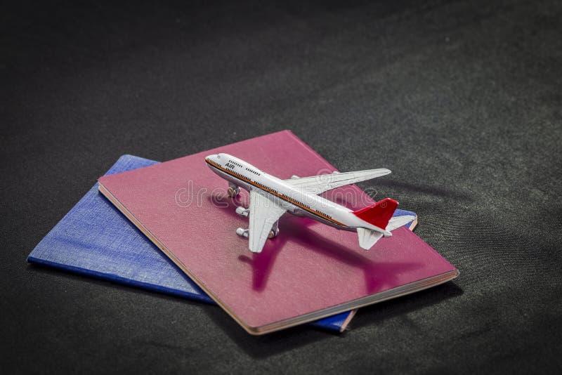 Teste padrão do avião em passaportes, em cartões de crédito e na mala de viagem internacionais em um fundo preto fotos de stock royalty free