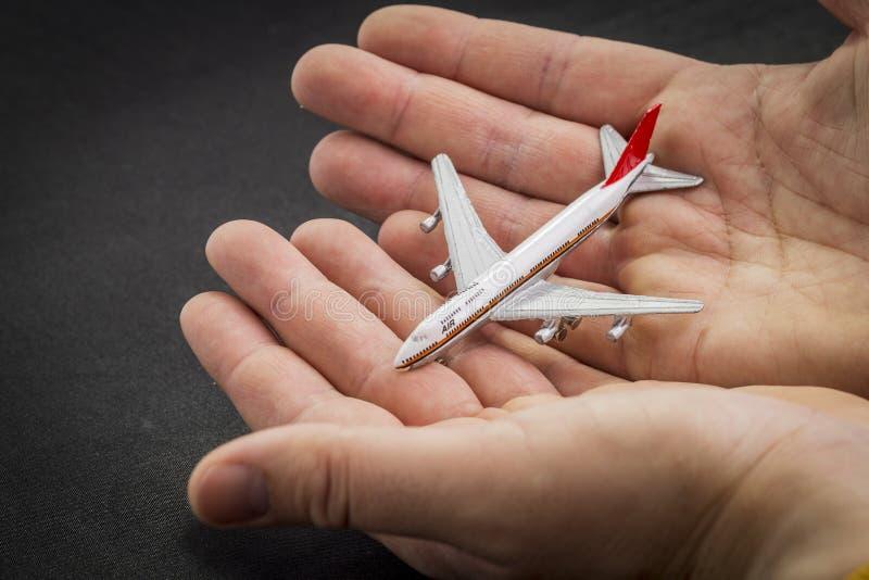 Teste padrão do avião em passaportes, em cartões de crédito e na mala de viagem internacionais em um fundo preto imagem de stock