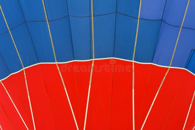 Teste padrão do close-up e textura vívidos do balão de ar quente Cores vermelhas e azuis brilhantes Fundo abstrato para brilhante foto de stock royalty free