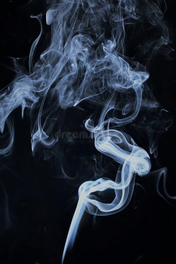 Teste padrão do fumo de uma vara do incenso fotografia de stock